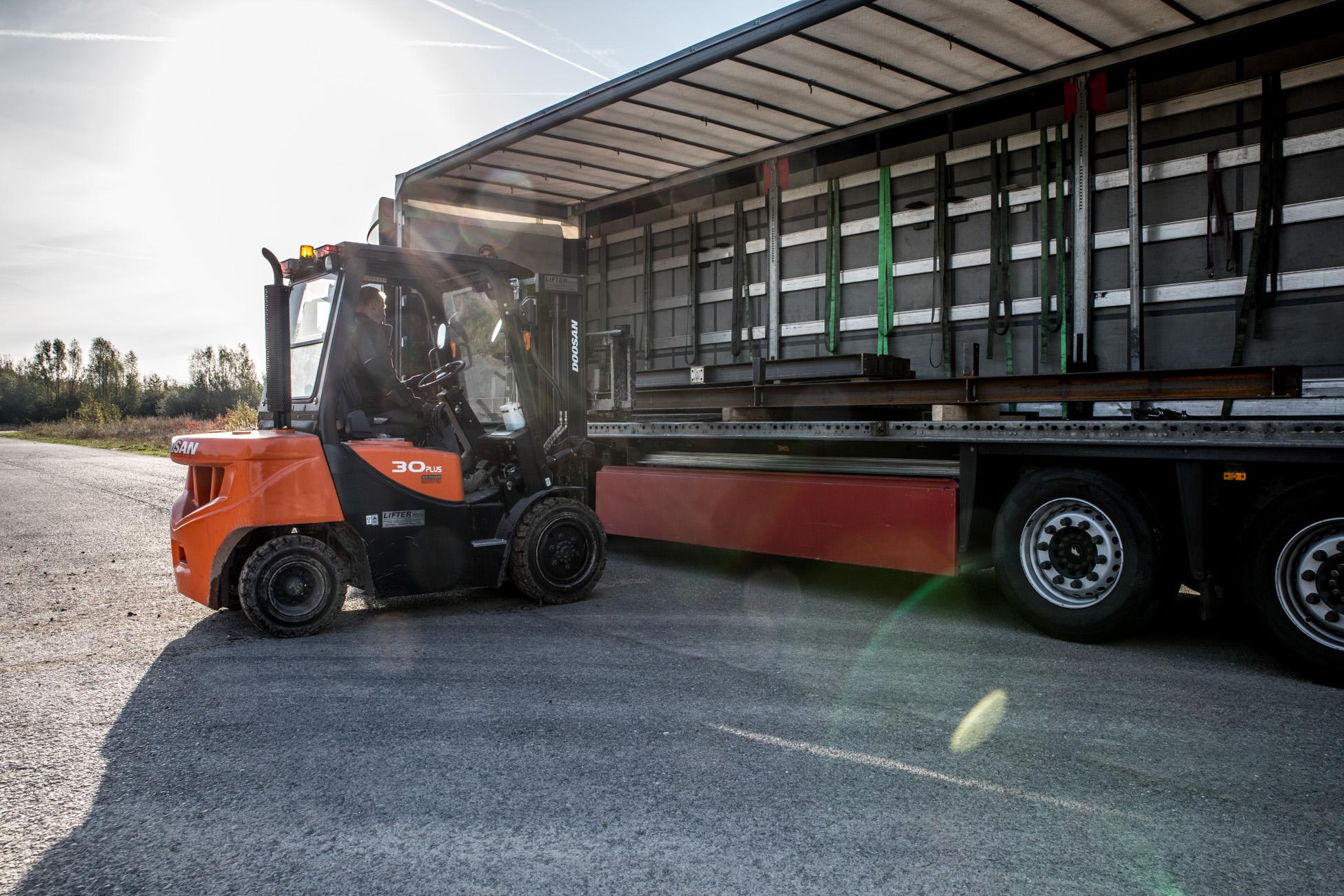 Transport mit Gabelstapler und LKW