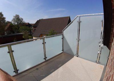 Balkon mit quadratischen Milchglasscheiben