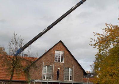 Montage eines Balkons mit Hilfe eines Krans