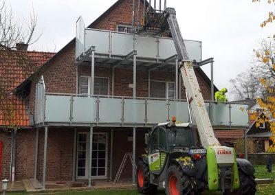 Montage eines Balkons mit Hilfe eines Treckers