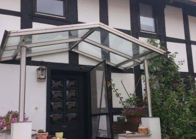 Fachwerkhaus mit Metallüberdachung und Glasdach am Hauseingang