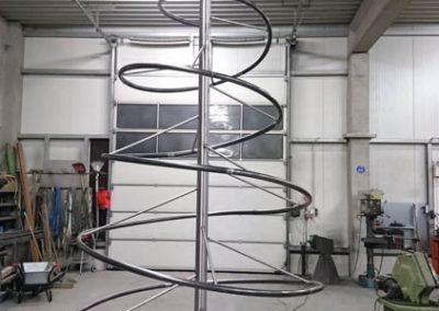 Abstrakter Tannenbaum aus einer Metallspirale