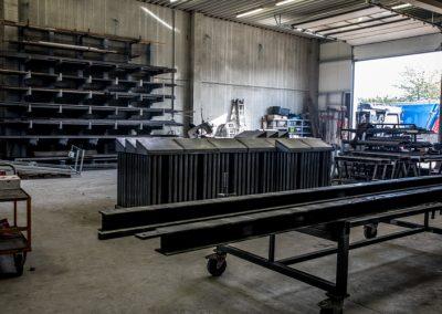 Blick in die Werkhalle mit verschiedenen Metallrohren