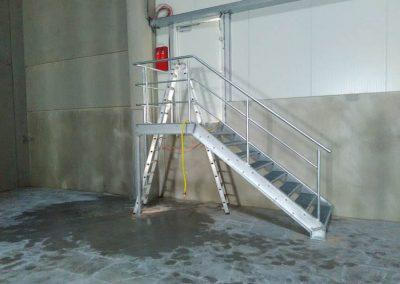 Metallgittertreppe in einer Indrustiehalle