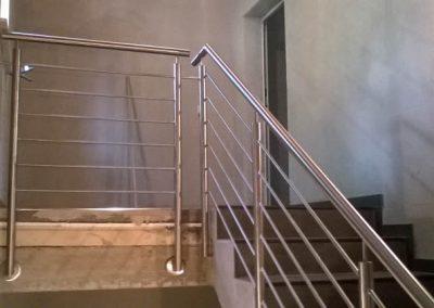 Rundes Metallgeländer im Treppenhaus
