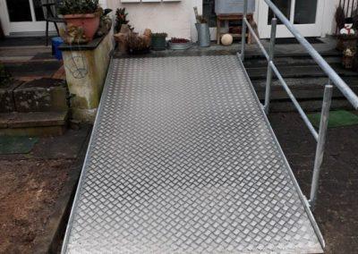 Fertiger barrierefreier Hauseingang - Metallrampe