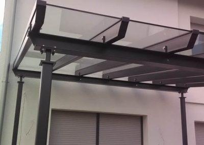 dunkelgraue Metallüberdachung mit Glasdach