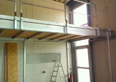 Balkon aus Metall und Holz in Industriehalle