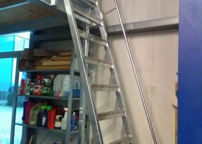 Steile Metalltreppe mit Geländer