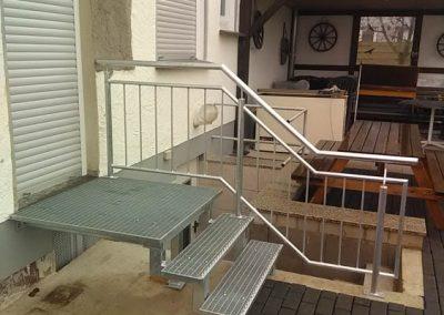 Kleine Metallgittertreppe vom Haus auf Terasse