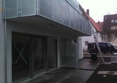 Balkon mit quadratischen Metallgitterplatten