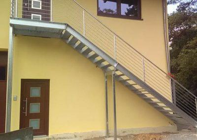 Metallgittertreppen an einem gelben Haus